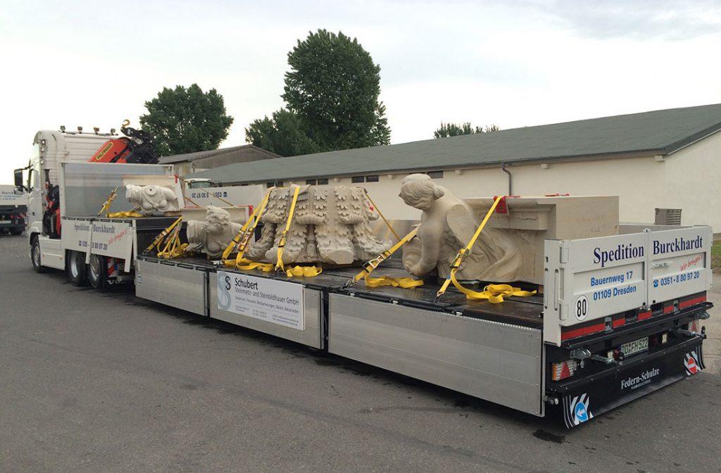 Transport von Kulturgütern Sandsteinfigur auf Tieflader