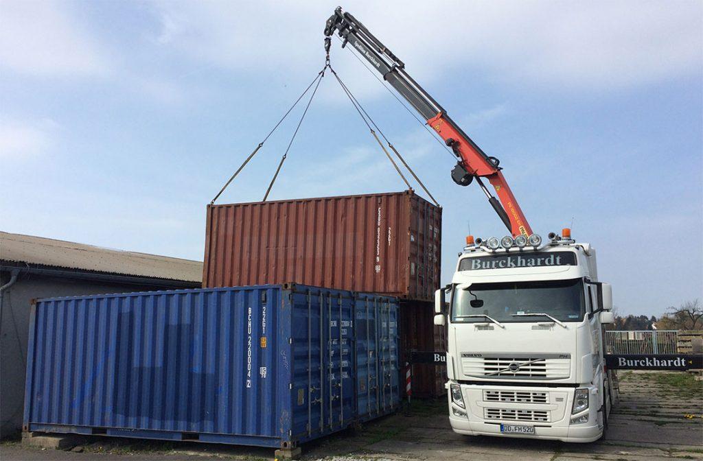 Transport Container mit Kranfahrzeug